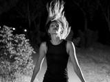 mujer modelo rubia con melena al viento,blanco y negro