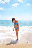 ragazza in riva al mare - 90483791