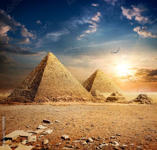 zachod-slonca-nad-piramidami