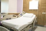 hasta yatağı ve baş ucunda beyaz pano