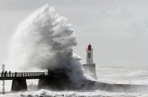 Tempête sur le phare de la grande jetée (La Chaume) - 90665730