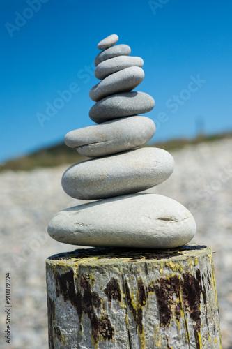 Papiers peints Zen pierres a sable galets zen superposés en équilibre