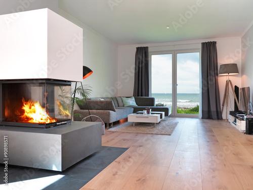 """wohnzimmer kamin kaufen:Modernes Wohnzimmer mit Kamin und Meerblick"""" Stockfotos und"""
