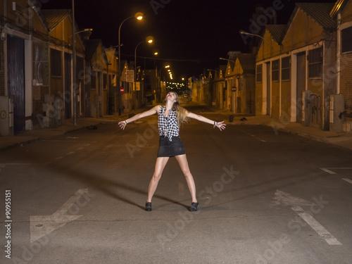 Poster mujer modelo profesional rubia joven en carrera de coches nocturna, blanco y neg