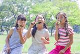 きゅうりを食べる小学生