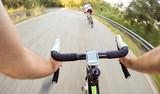 Guidando la bicicletta in velocita. coppia di ciclisti. pov original point of biew poster