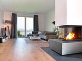Wohnzimmer mit Kamin und Aussicht auf die Küste - 91124155