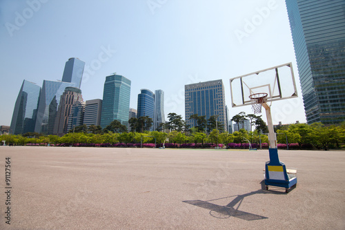 Poster Streetball court in park area near office buildings in Seoul