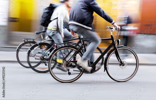 Trzech mężczyzn na rowerach