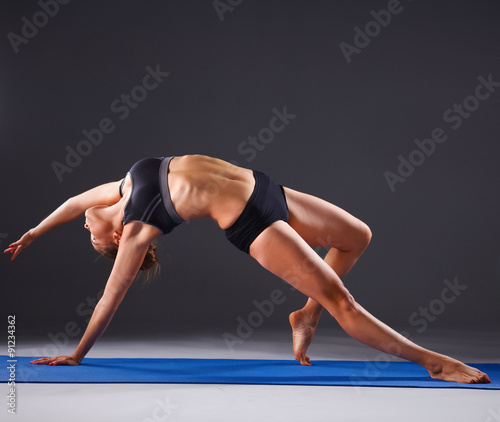 mloda-kobieta-robi-joga-cwiczeniu-na-macie