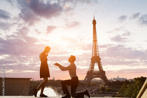 Poster, Tablou Romantic marriage proposal at Eiffel Tower, Paris, France
