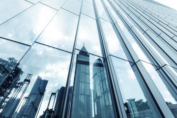 Zabytki odbicie na szklane ściany wieżowców