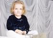 Постер, плакат: Маленькой девочка сидит на пианине Ребенок улыбается ему два года