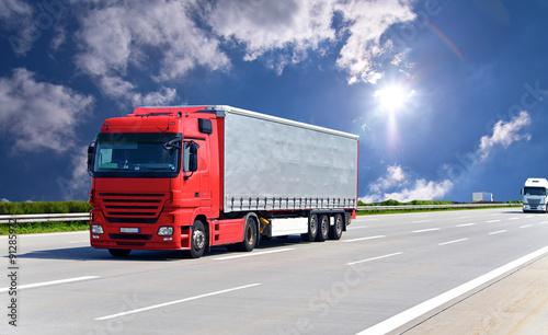obraz PCV LKW transportiert Waren auf der Autobahn // truck on highway