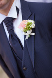 abito sposo con fiore all