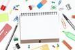 Schreibblock mit Blanko Seite und Bürozubehör