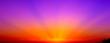 Bellissimo tramonto rosso, arancio, e viola con raggi di sole.