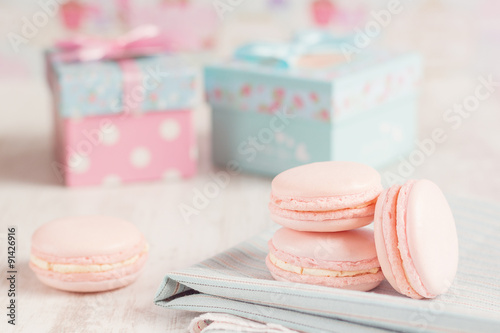 Foto op Canvas Macarons Pink macaroons with gift boxes on background