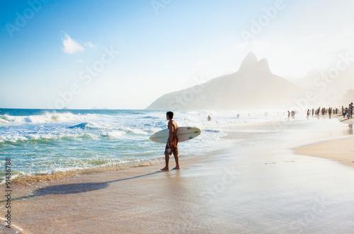 Foto op Plexiglas Rio de Janeiro Brazilian surfer walking with surfboard toward Two Brothers Moun