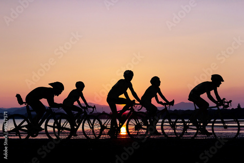 Poster Les gens à vélo à la plage