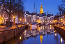Die Stadt Groningen, Niederlande mit A-Kerk in der Nacht