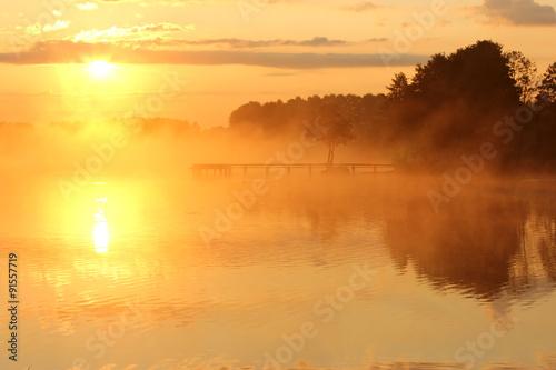 mglisty-jezioro-o-wschodzie-slonca