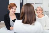 Fototapety drei frauen unterhalten sich im büro
