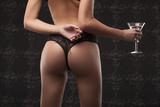 Seksowna kobieta trzyma szkło w neglig, zakończenie