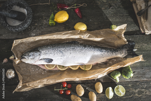 Zdjęcia Preparing whole salmon fish for cooking