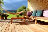 Terrasse mit Möbeln und Hängematte - 91749762