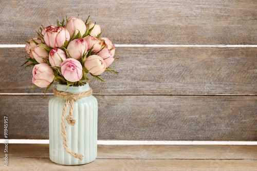 Zdjęcia Bouquet of pink roses in turquoise ceramic vase