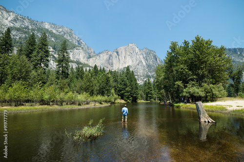Man looking at idyllic view of Yosemite National Park valley during summer vacat Obraz na płótnie