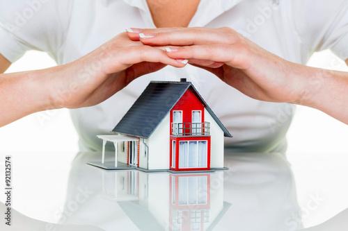 Leinwandbild Motiv Haus wird beschützt