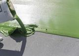 Pot de peinture versé sur le sol - 92223718