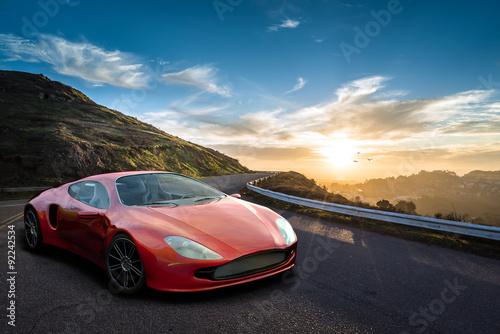Markenfreier Konzept Sportwagen vor Sonnenuntergang in den Bergen