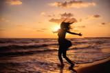 šťastná žena na pláži