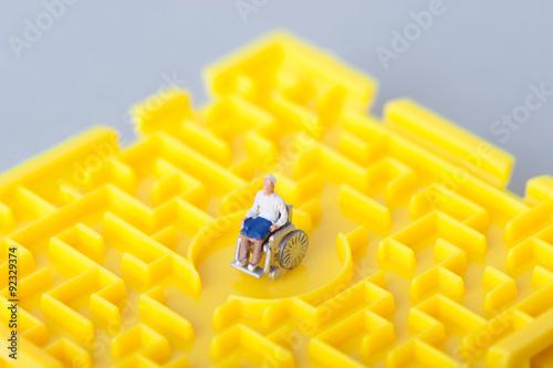 車椅子の老人と迷路 Poster