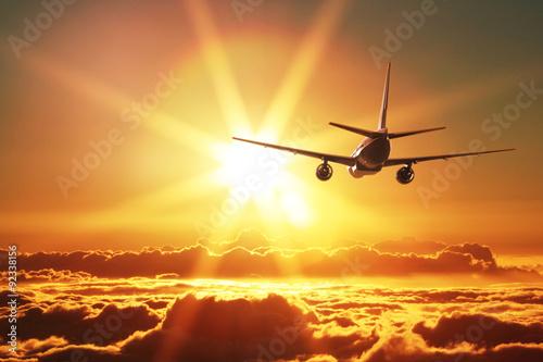 Flugzeug nimmt bei Sonnenuntergang