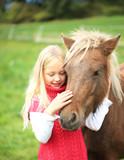 Mädchen Streichelt ihr Pony - 92365111