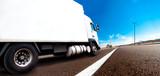 Camión y entrega de mercancía.Transporte internacional y carretera
