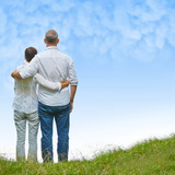 Fototapety Paar Senioren auf Wiese schauen zum Himmel