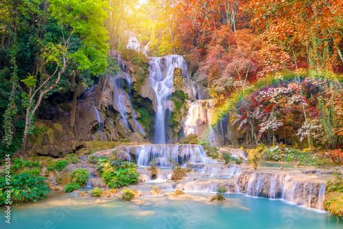 Wodospad w lesie deszczowym (Tat Kuang Si wodospady w Laosie.)