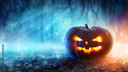 Dynia Halloween W Mistycznym Lesie W Nocy