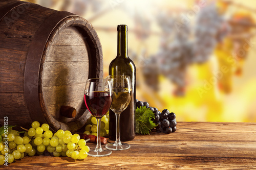Foto op Canvas Wijngaard Red and white wine bottle and glass on wodden keg