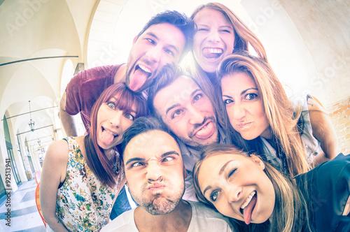Najlepsi przyjaciele biorąc selfie i zabawy na świeżym powietrzu