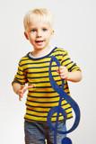 Kind hält einen großen Notenschlüssel