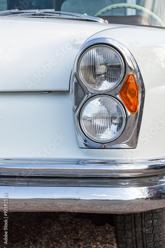 Frontlicht einer Luxuslimousine der 60er Jahre Poster