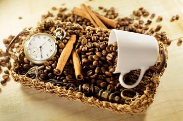 Caffè in tazza con orologio antico