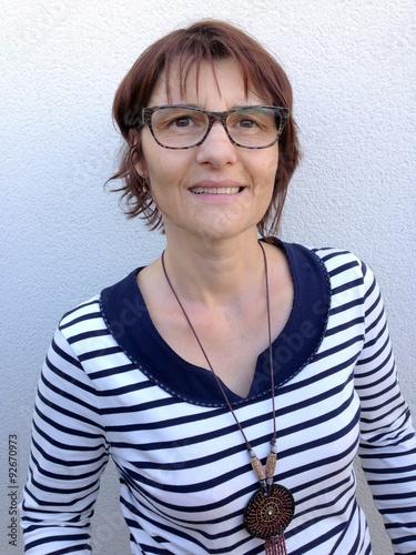 Poster portrait femme la cinquantaine,naturelle,avec des lunettes