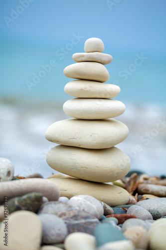 piramida-z-kamieni-w-poblizu-morza-na-plazy